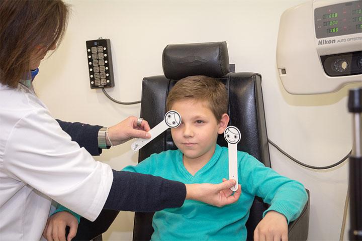 Ο εξειδικευμένος στη χαμηλή όραση Οπτομέτρης καθοδηγεί και παρακολουθεί τον ασθενή στενά, έτσι ώστε να μεγιστοποιήσει τη βελτίωση της όρασης.